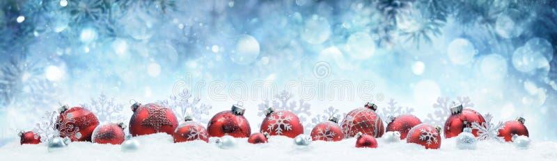 Kerstmis - Verfraaide Rode Ballen en Sneeuwvlokken stock afbeeldingen