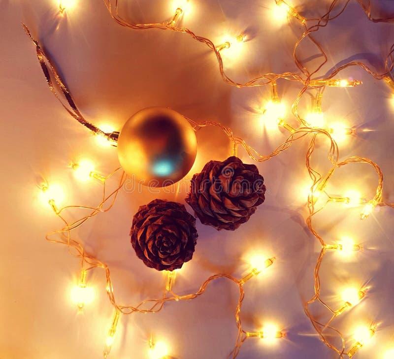 Kerstmis verlicht decoratie met kegels en bal royalty-vrije stock afbeeldingen