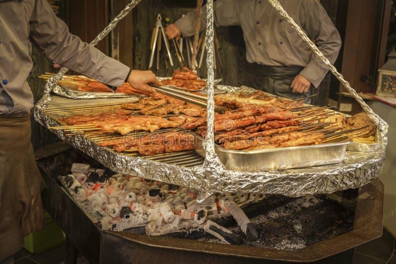 Kerstmis Winterstraatvoedsel Grilling food, barbecue grill in een voedselkraam Wintervakanties en weekends in stock foto