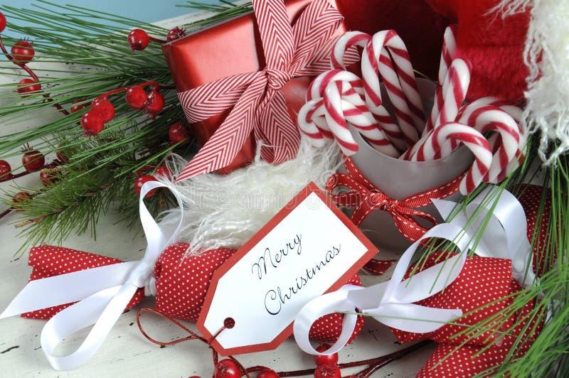 Kerstmis wit sjofel elegant uitstekend houten die dienblad met feestelijke zoetigheden wordt gevuld royalty-vrije stock fotografie