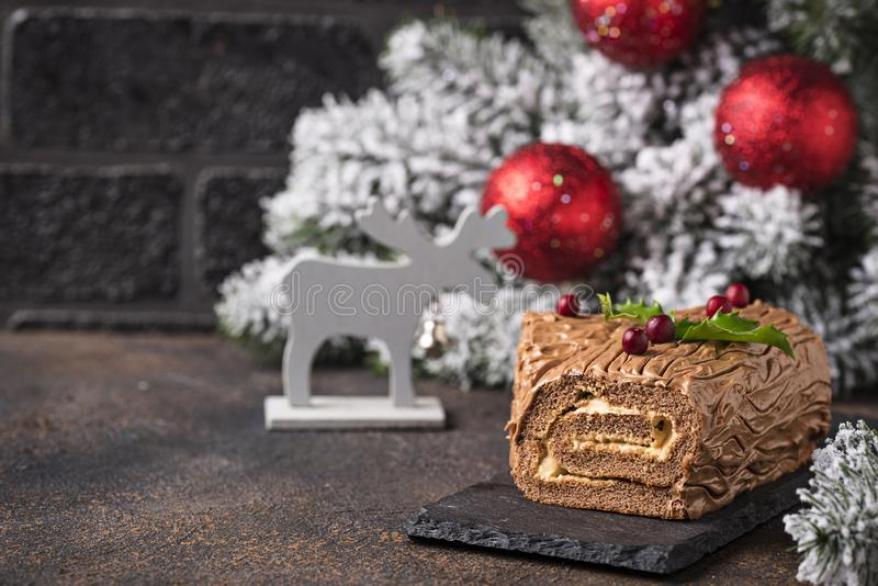 Kerstmis Yule Log Cake Traditioneel chocoladedessert royalty-vrije stock afbeeldingen