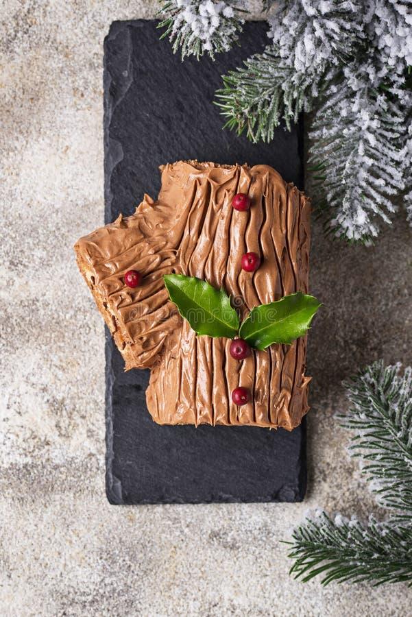 Kerstmis Yule Log Cake Traditioneel chocoladedessert royalty-vrije stock foto's