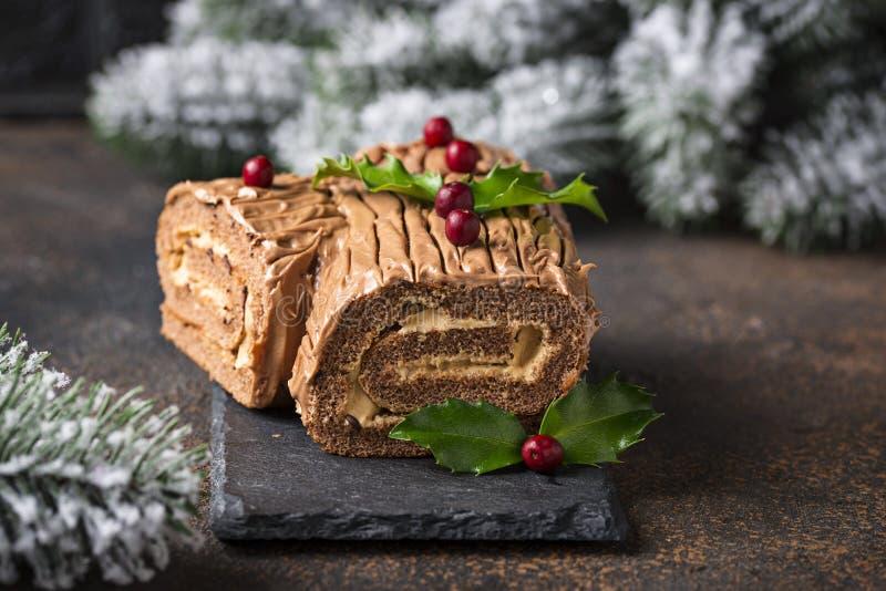 Kerstmis Yule Log Cake Traditioneel chocoladedessert stock foto's