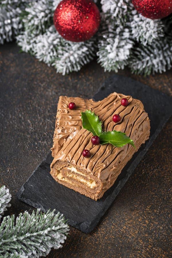 Kerstmis Yule Log Cake Traditioneel chocoladedessert stock afbeelding