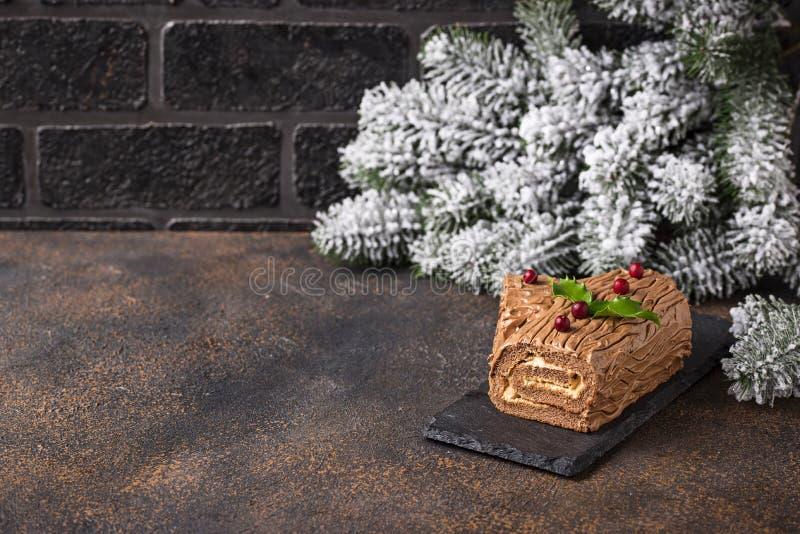 Kerstmis Yule Log Cake Traditioneel chocoladedessert royalty-vrije stock foto