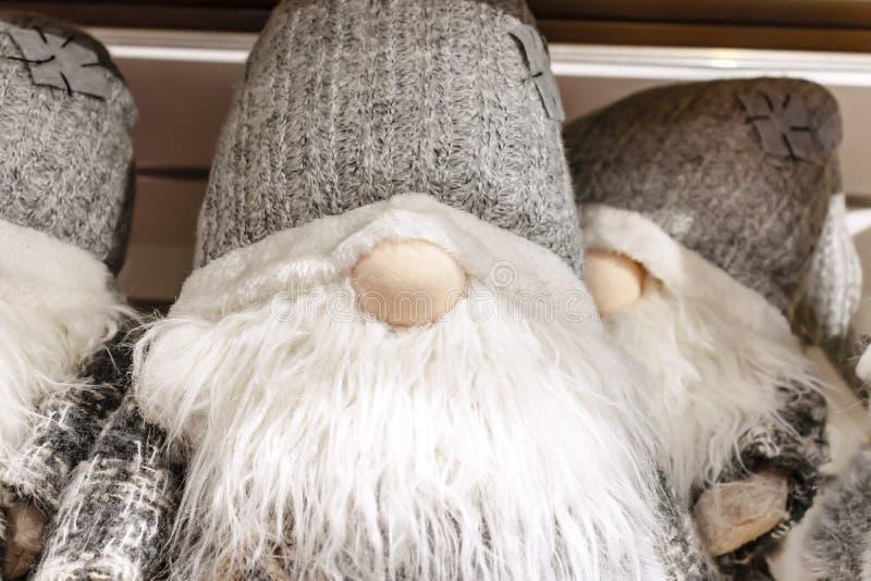 Kerstmis zachte stuk speelgoed dwergen die op de opslagplank zitten royalty-vrije stock fotografie