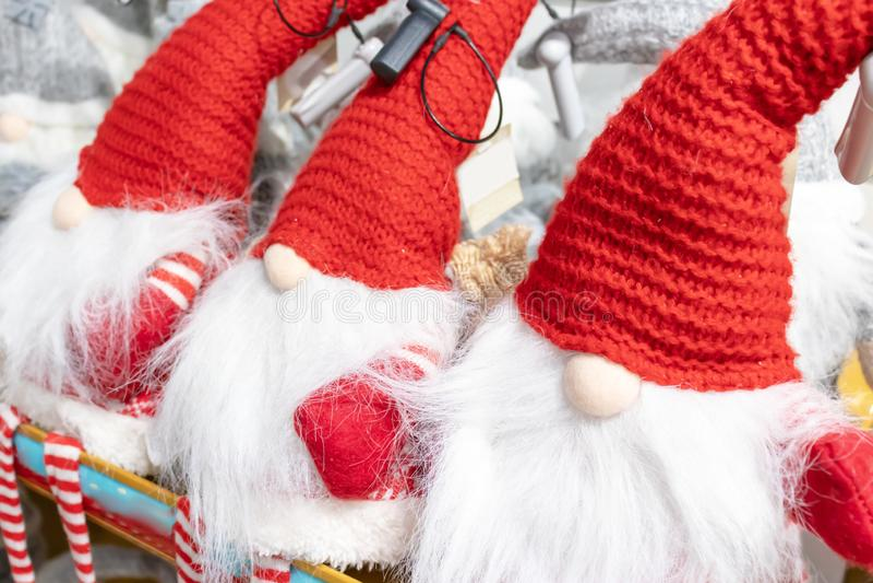 Kerstmis zachte stuk speelgoed dwergen die op de opslagplank zitten stock afbeelding