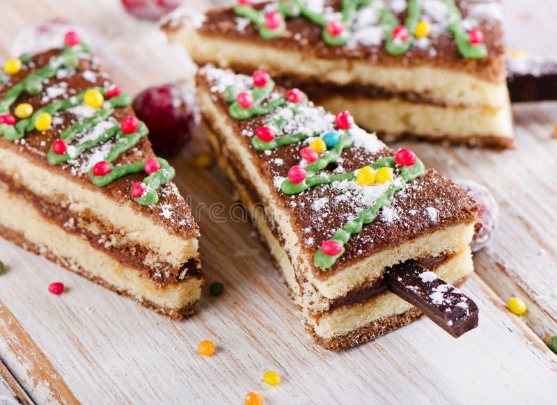 Kerstmis zoete die boom van cake op houten achtergrond wordt gemaakt stock foto's
