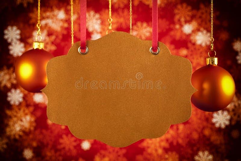 Kerstmisachtergrond - document etiket, snuisterijen en sneeuwvlokken royalty-vrije stock afbeelding