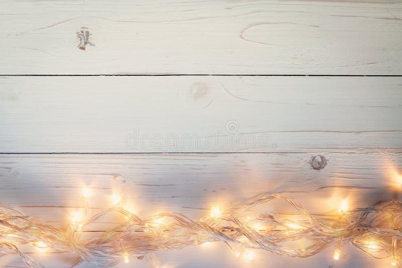 Kerstmisachtergrond en lichtenslinger op houten achtergrond met royalty-vrije stock fotografie