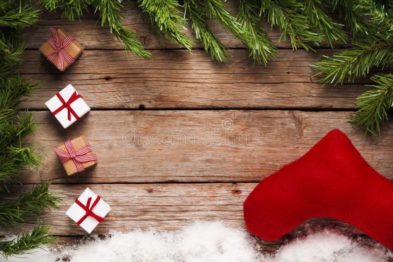 Kerstmisachtergrond, giften en ornamenten op oude houten lijst stock afbeeldingen