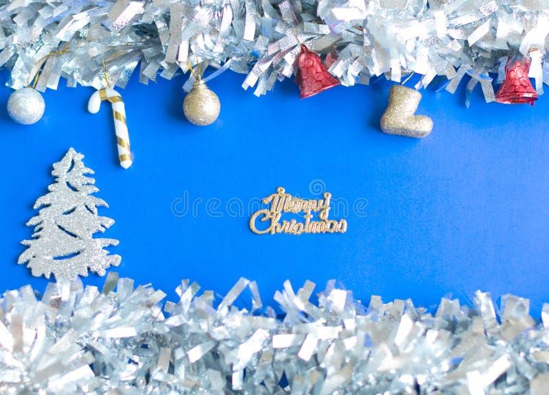 Kerstmisachtergrond; het zilver en het goud schitteren ballen en trinkets royalty-vrije stock fotografie
