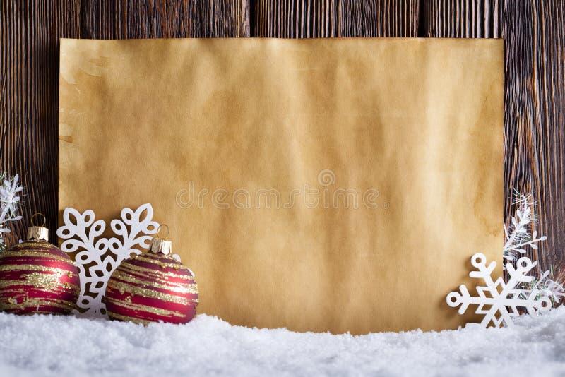 Kerstmisachtergrond - leeg document blad, sneeuwvlokken en snuisterijen royalty-vrije stock afbeelding