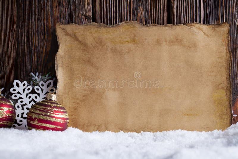 Kerstmisachtergrond - leeg document blad, sneeuwvlokken en snuisterijen stock foto's