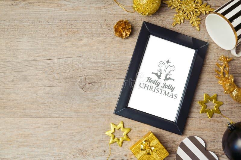 Kerstmisachtergrond met affichespot op malplaatje en decoratie Mening van hierboven stock afbeelding