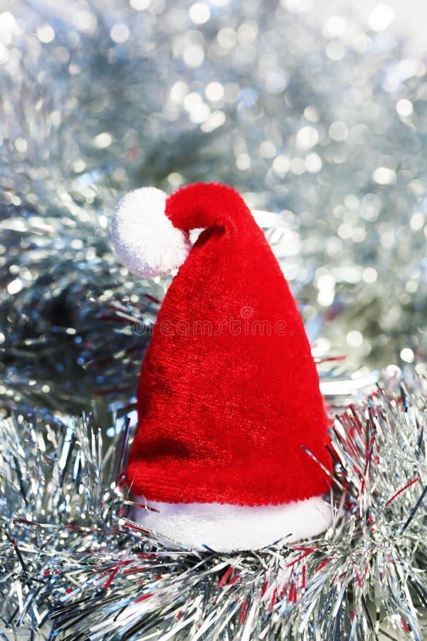 Kerstmisachtergrond met de rode hoed van santa stock fotografie