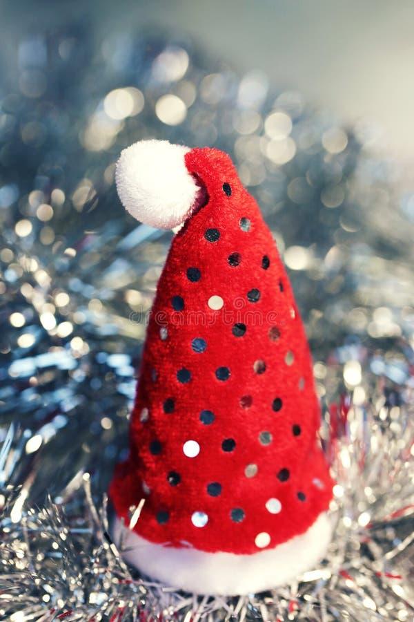 Kerstmisachtergrond met de rode hoed van santa royalty-vrije stock fotografie