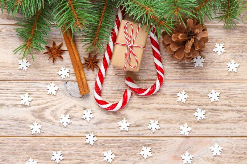 Kerstmisachtergrond met de takken van de Kerstmisboom, denneappels, de snoepjes van het suikergoedriet, giften, sneeuwvlok en dec royalty-vrije stock afbeeldingen