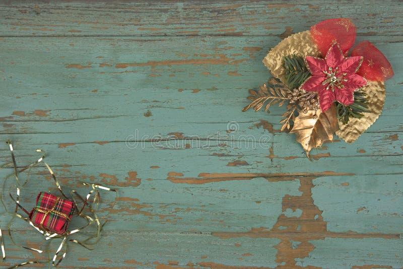 Kerstmisachtergrond met decoratiehulst en huidige dozen, lint op wit royalty-vrije stock foto