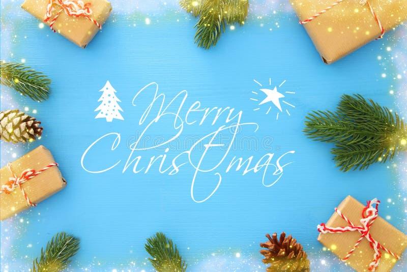 Kerstmisachtergrond met denneappels, spartakken en giften over houten blauwe achtergrond Vlak leg, hoogste mening stock foto