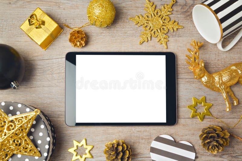 Kerstmisachtergrond met digitale tablet en decoratie Mening van hierboven stock foto
