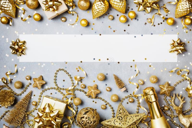 Kerstmisachtergrond met document spatie, gift of huidig vakje en de gouden hoogste mening van de vakantiedecoratie Vlak leg royalty-vrije stock foto's