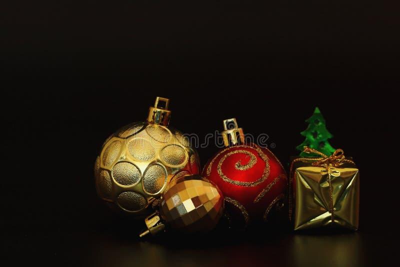 Kerstmisachtergrond met een rood en gouden ornament royalty-vrije stock afbeelding