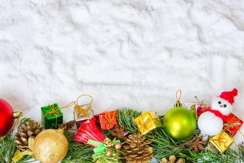 Kerstmisachtergrond met een rood ornament, gouden giftdoos, berri stock fotografie