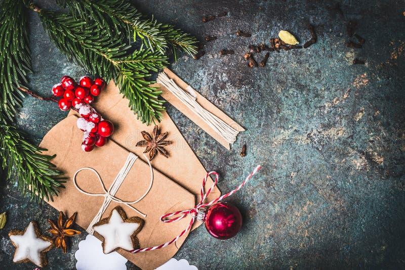 Kerstmisachtergrond met feestelijke giften verpakking, koekjes en decoratie, hoogste mening royalty-vrije stock foto's