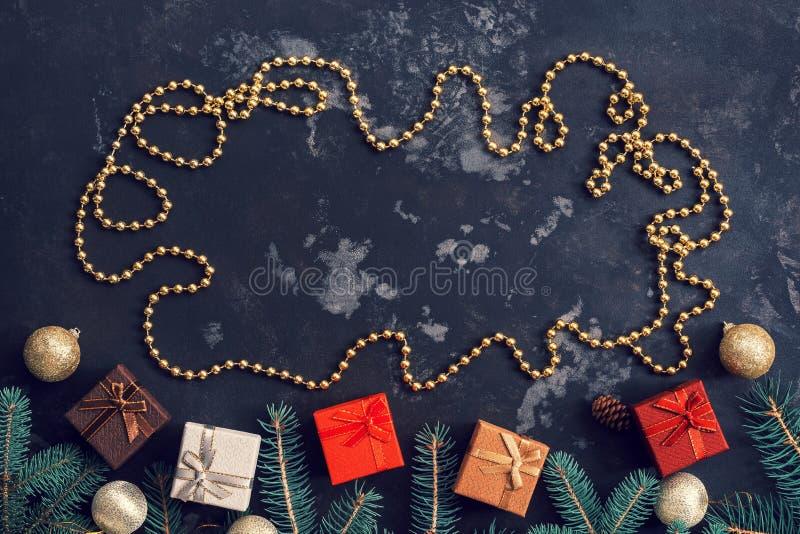 Kerstmisachtergrond met giftendozen, nette takken, kader van Kerstmisparels, donkere rustieke achtergrond Exemplaar ruimte, hoogs stock afbeelding