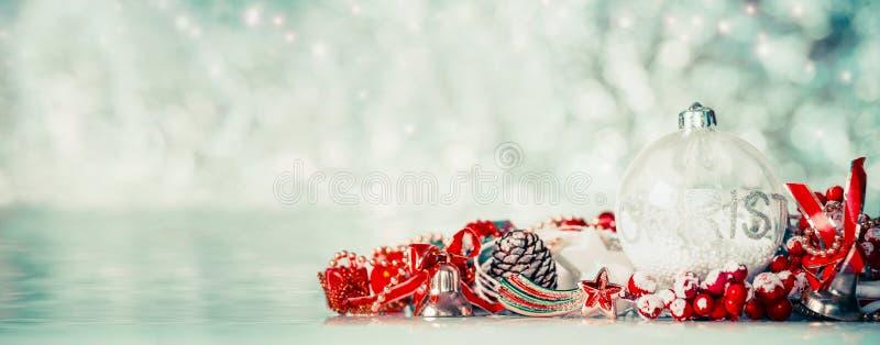 Kerstmisachtergrond met glasballen en rode feestelijke decoratie bij de winter bokeh achtergrond, vooraanzicht stock afbeeldingen