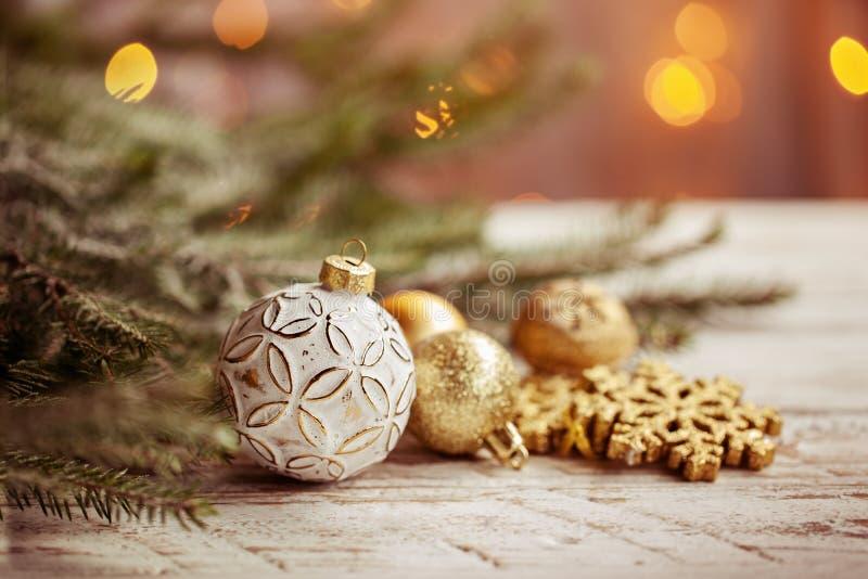 Kerstmisachtergrond met gouden Kerstmisballen, sneeuwvlok en decoratie royalty-vrije stock afbeelding