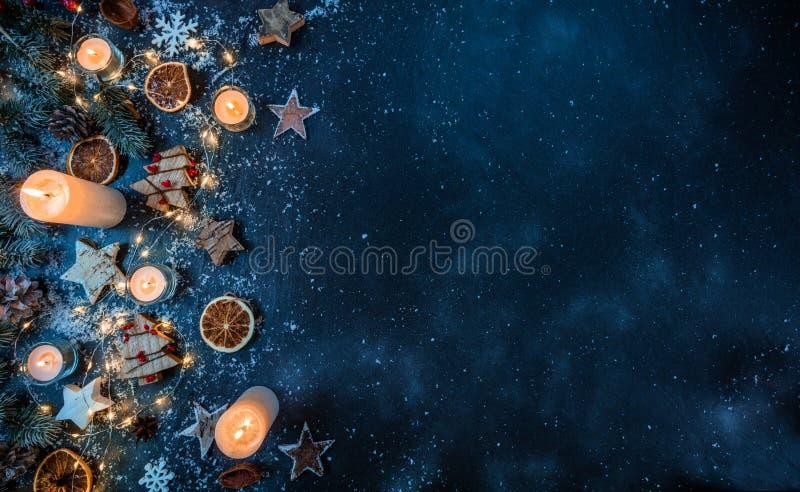 Kerstmisachtergrond met houten decoratie en kaarsen Vrij s stock afbeeldingen