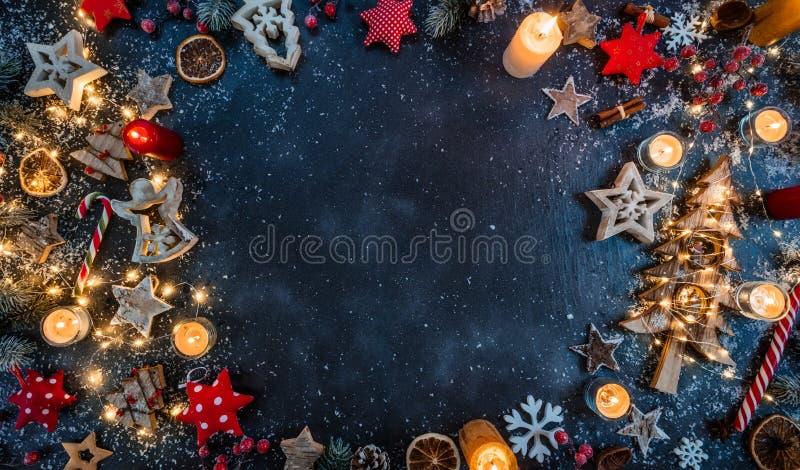 Kerstmisachtergrond met houten decoratie en kaarsen Vrij s royalty-vrije stock afbeeldingen