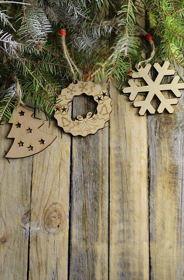 Kerstmisachtergrond met kerstboom en houten decoratie for Houten schijven decoratie