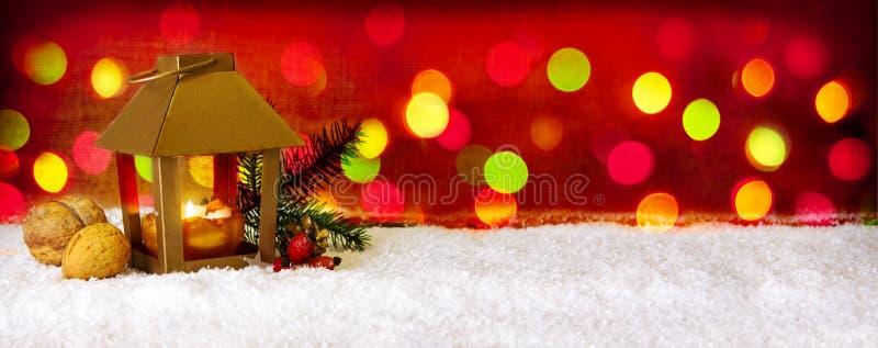 Kerstmisachtergrond met lantaarn en kleurrijke lichten stock fotografie