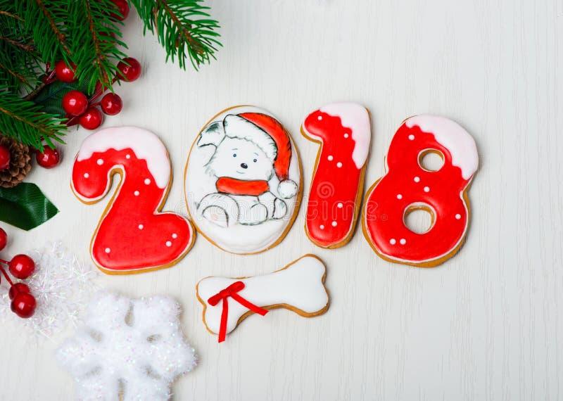 Kerstmisachtergrond met peperkoek, Kerstbomen en sneeuwvlok royalty-vrije stock foto