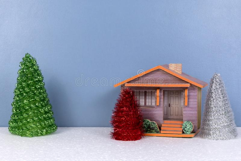 Kerstmisachtergrond met plattelandshuisje en speelgoedbomen royalty-vrije stock afbeelding