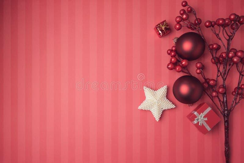 Kerstmisachtergrond met rode decoratie en ornamenten Mening van hierboven met exemplaarruimte royalty-vrije stock foto