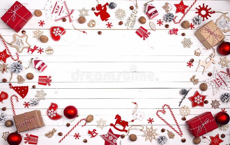 Kerstmisachtergrond met rode decoratie, snoepjes en ruimte voor stock afbeelding