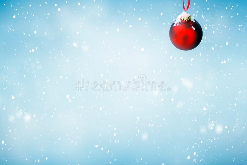 Kerstmisachtergrond met rood ornament royalty-vrije stock afbeeldingen
