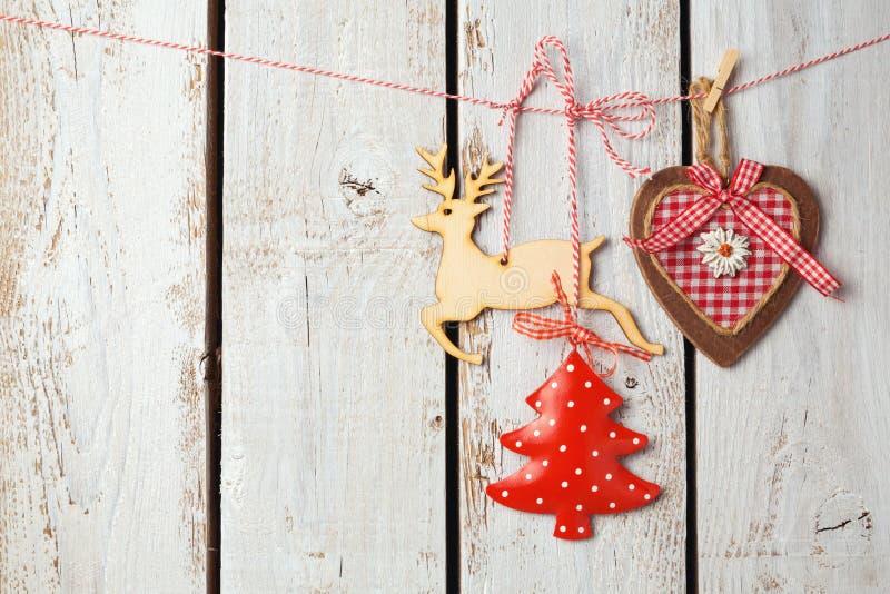 Kerstmisachtergrond met rustieke decoratie over witte houten raad royalty-vrije stock fotografie