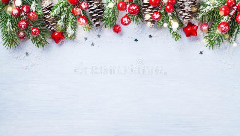 Kerstmisachtergrond met sneeuwspartakken, kegels en bokeh lichten Vakantiebanner of kaart royalty-vrije stock foto's