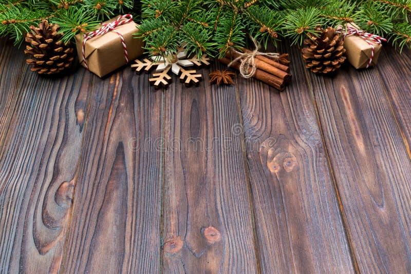 Kerstmisachtergrond met spar en giftvakje op houten lijst Hoogste mening met exemplaarruimte voor uw ontwerp stock fotografie