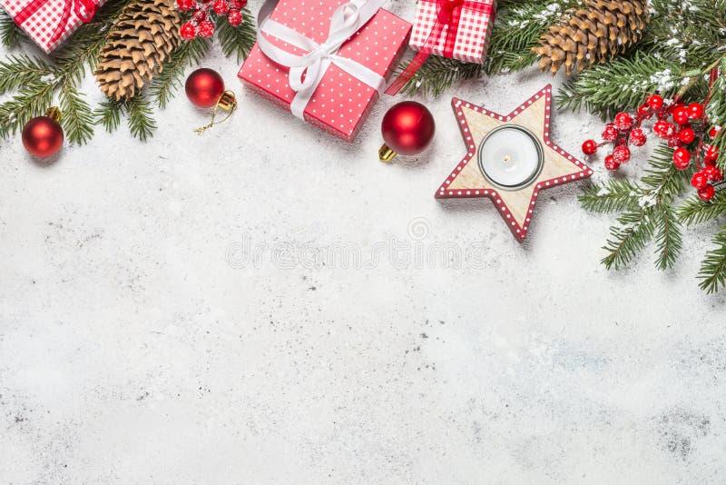 Kerstmisachtergrond met spar, kaars en decoratie op wh stock afbeeldingen