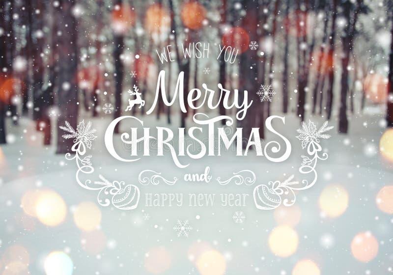 Kerstmisachtergrond met sparren en vage achtergrond van de winter met tekst Vrolijke Kerstmis en Gelukkig Nieuwjaar royalty-vrije stock afbeeldingen