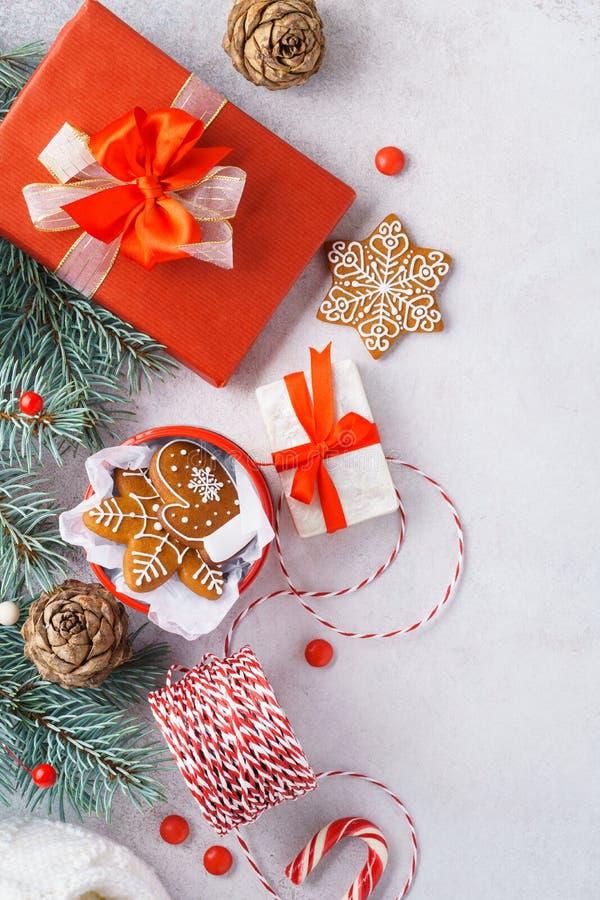 Kerstmisachtergrond met sparrentakken en rode decoratie stock foto