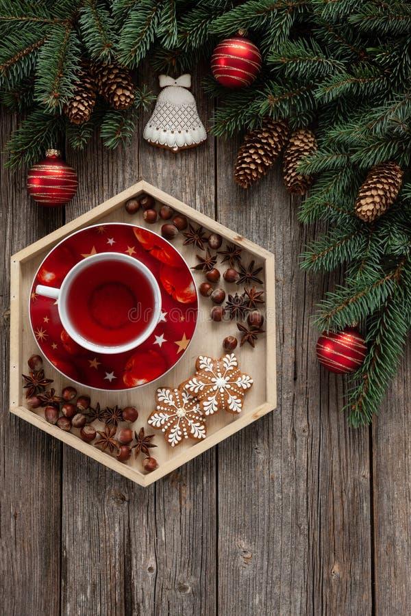 Kerstmisachtergrond met sparrentakken, kegels, royalty-vrije stock afbeelding