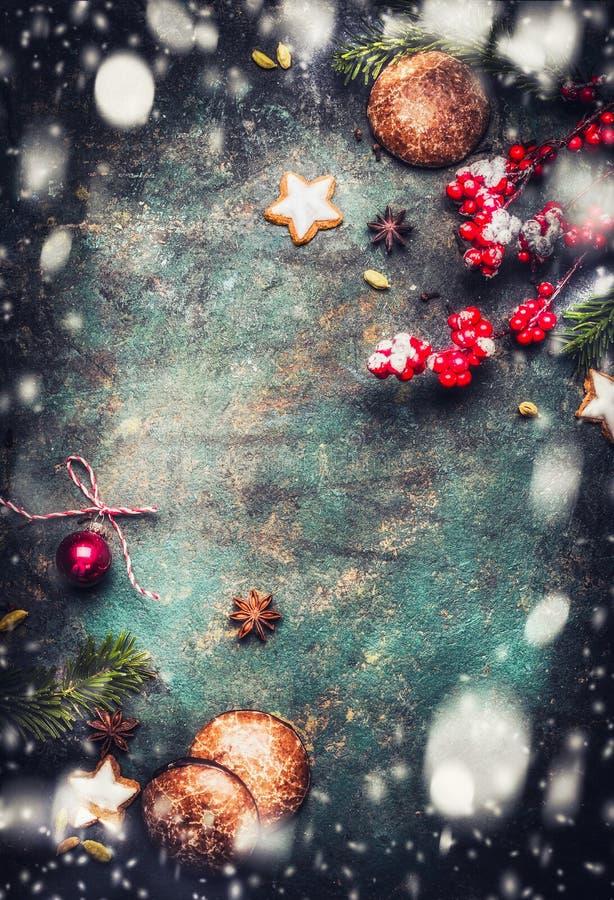 Kerstmisachtergrond met spartakken, koekjes, peperkoeken en sneeuw, hoogste meningskader stock afbeelding
