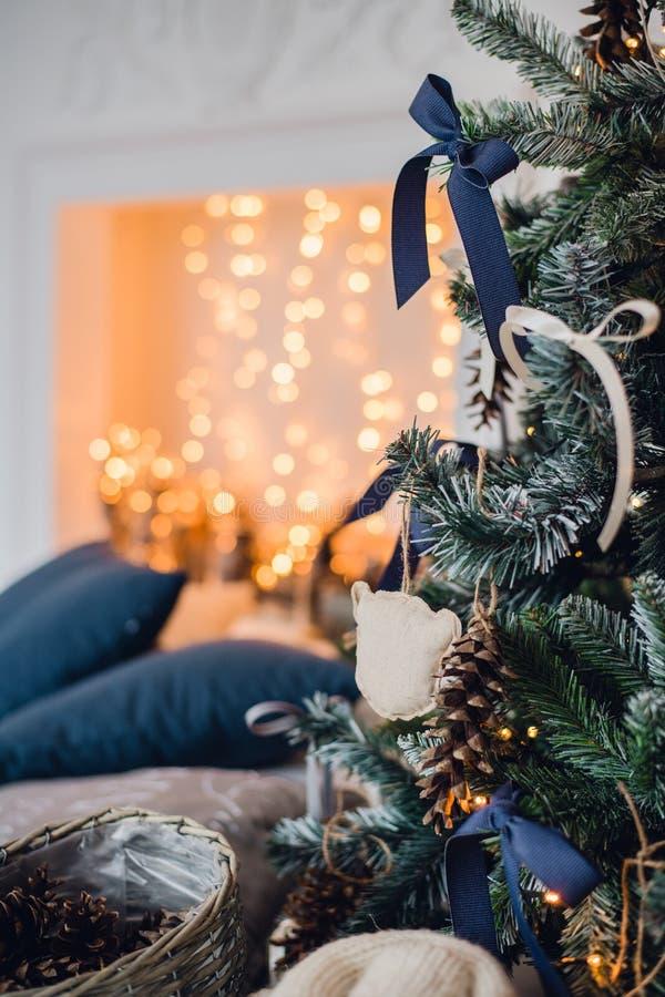 Kerstmisachtergrond met verlichte spar en open haard bij huis royalty-vrije stock afbeeldingen